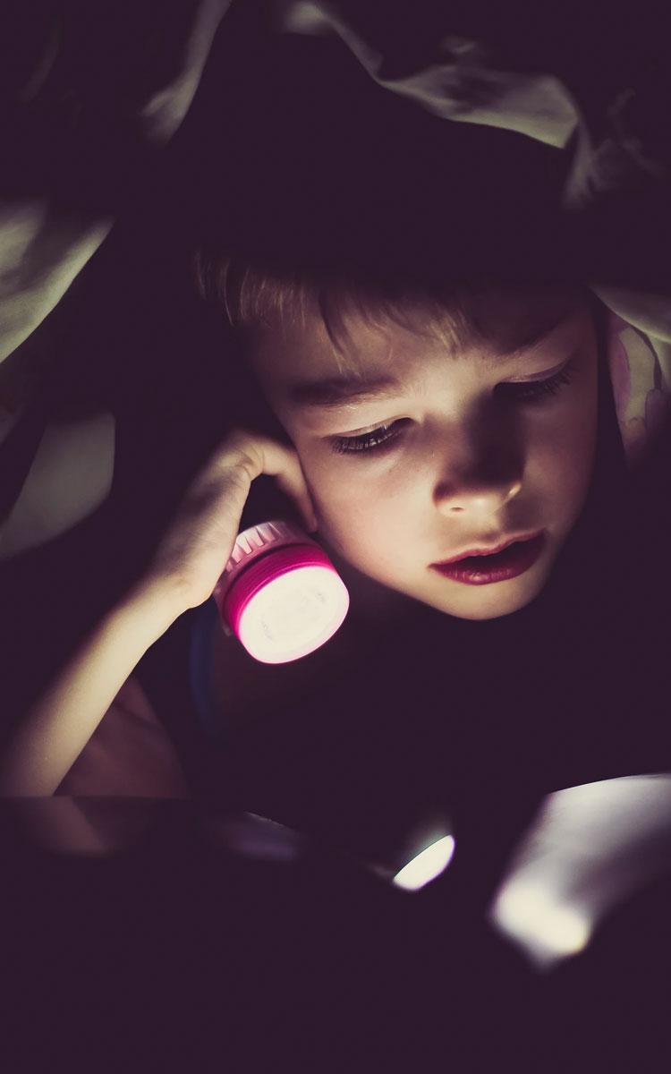 barn læser godnathistorie